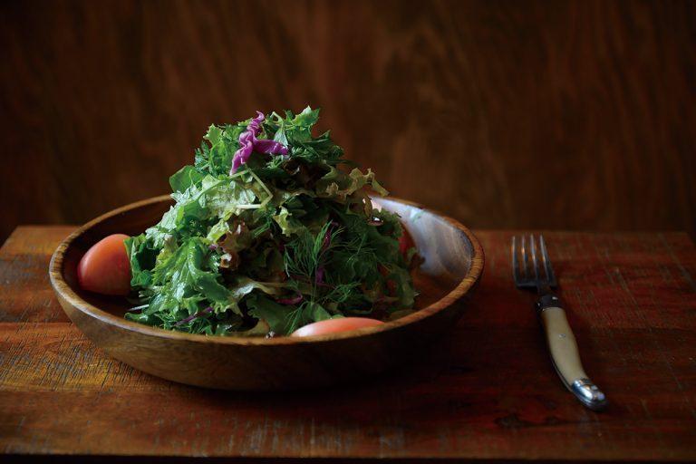 ハーブミントサラダ1,000円(税込)。7種類以上の野菜やハーブとミント入り。デトックス効果も抜群。