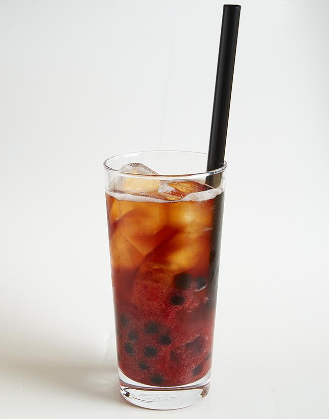 「タピオカフルーツティー(苺)」くず餅乳酸菌入りのタピオカフルーツティーはこの冬注目の新メニュー。700円