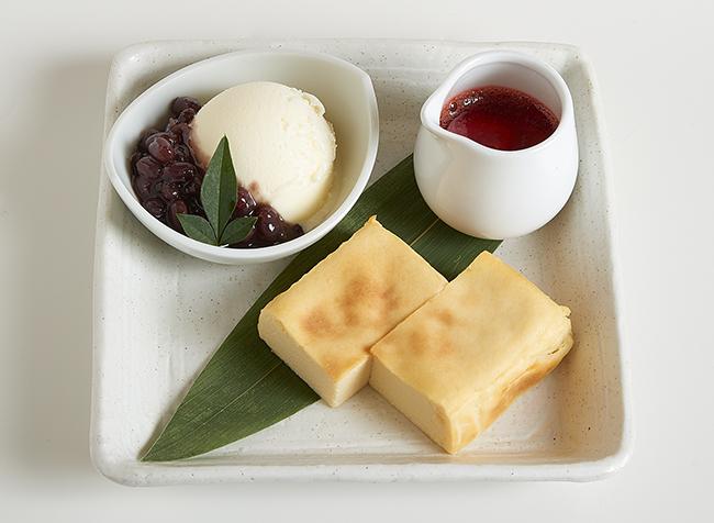 「もっちりお豆富のチーズケーキ」お豆富の風味が漂い、甘さ控えめ。苺ソースとの相性も抜群。720円(全て税込)