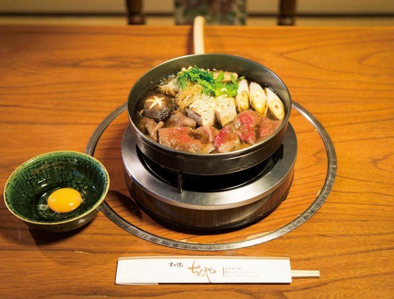 2種の熟成肉がのる「楓」7,500円(税込、写真は2人前)。鍋は特注の南部鉄器。