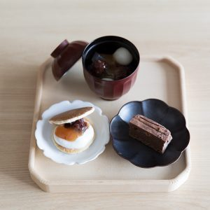 「おやつは心の栄養」と話す岩柳麻子シェフにとって、甘さを抑えず糖類を控えられる羅漢果由来の甘味料は理想の存在。今回初めて共同開発に参加した。ブラウニーのほか、どら焼きとあんみつにかけた季節のコンフィチュールは各1,200円で販売も。