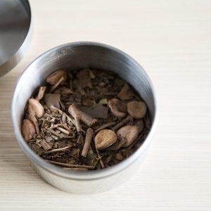 乾燥した羅漢果の実を粗く崩し、深蒸し煎茶、ぶどうの軸を入れたものは優しい渋みが特徴。