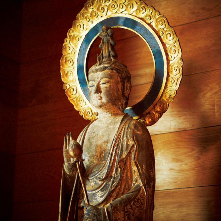 「松岡宝蔵」に鎮座する聖観音菩薩立像。その表情や佇まいは繊細にして優美。国の重要文化財に指定されている。