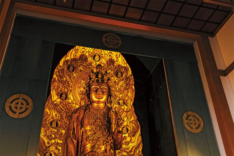 ご本尊の十一面観音菩薩像。日本最大級の木彫像で「長谷観音」の名で親しまれる。