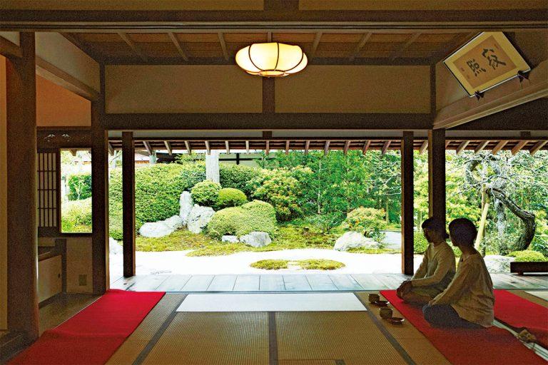 1500年代のお茶堂を復元した〈喜泉庵〉。澄んだ音色の水琴窟も。