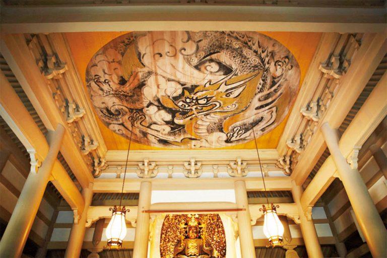 仏殿天井の白龍図。ご本尊は冠をかぶっているため宝冠釈迦如来の名が。