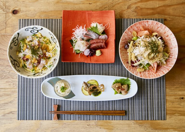 「ランチコース」、左から時計回りに「海鮮バラちらし丼」、「刺身盛り」、「サラダ」、「前菜3種」