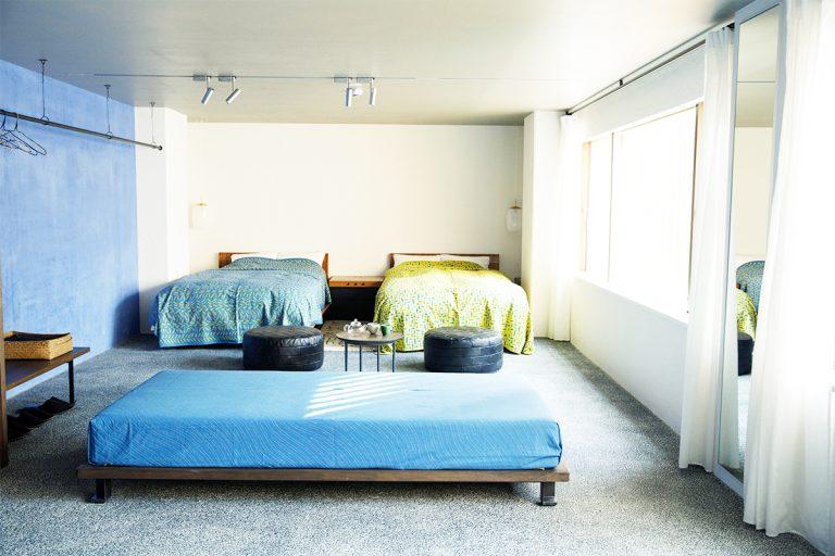 客室は約60㎡。各部屋ごとに赤、青、墨とテーマカラーが異なる。