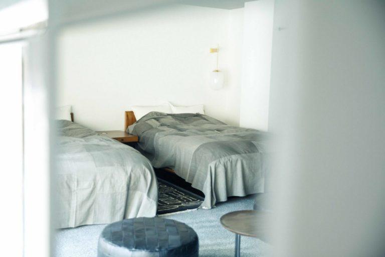 ベッドカバーや部屋着はババグーリのもの。着て触れて、上質さを実感。