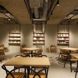 ライブラリーには、京都の編集者・〈らくたび〉の若村亮さんが選んだ京都関連本が並ぶ。