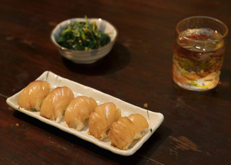 中にからしが入っている「島寿司」550円。肴のつまみにピッタリな「明日葉の胡麻和え」450円