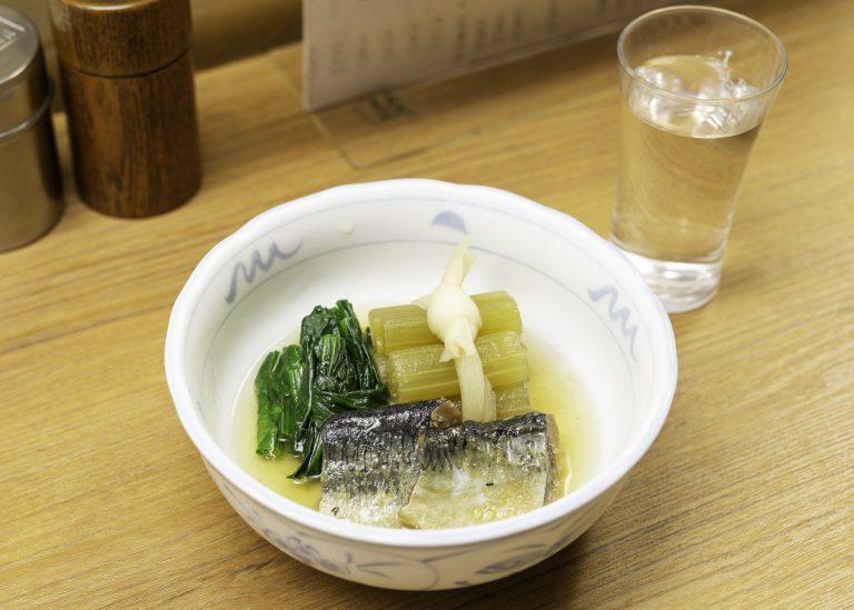 シャキシャキと歯ごたえのよいフキに、心が和む。「ふきとにしんの炊き合わせ」550円(税込)。日本酒とも相性抜群。