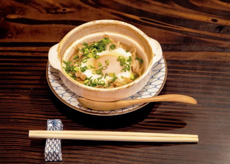 寿司はもちろん、さくっと作ってくれる一品料理もおいしい。「ホタテのひもの貝焼き風」648円がおすすめ。
