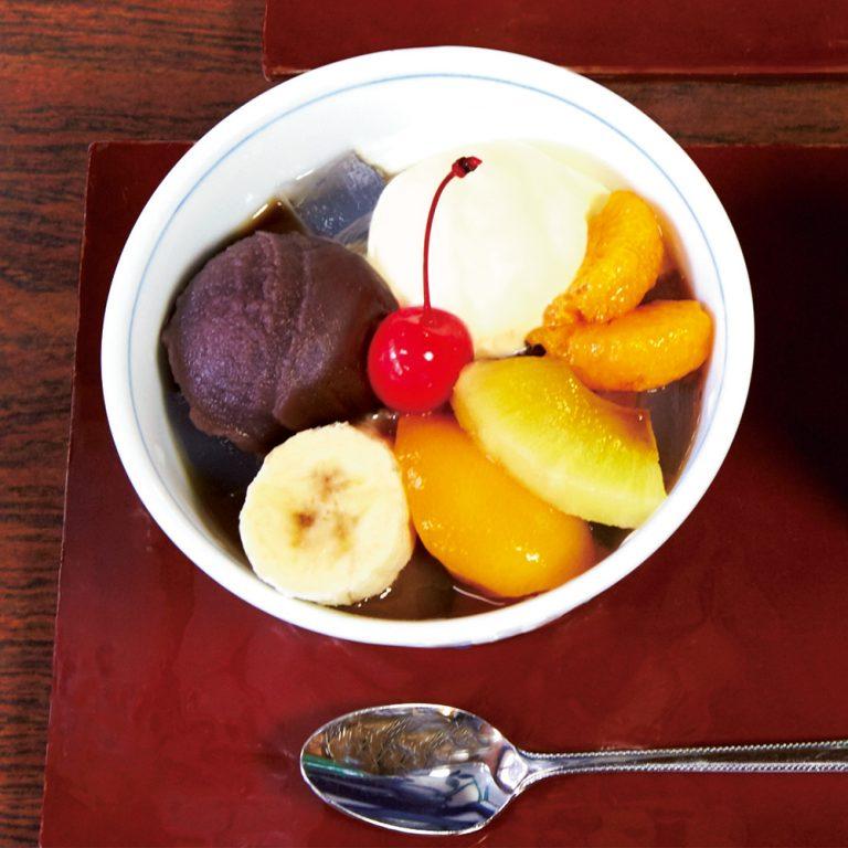 果物の酸味とこし餡の組み合わせが上品なクリームあんみつ600円