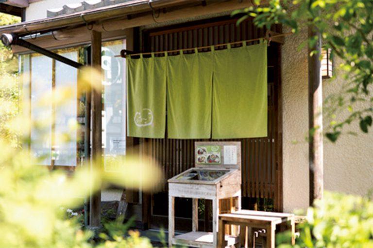 鎌倉税務署の斜め向かい。