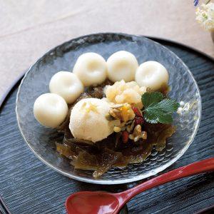 白玉クリーム黒かん 木の実生姜みつ添え820円。豆腐白玉、手亡豆、豆腐ときな粉のアイス付き。