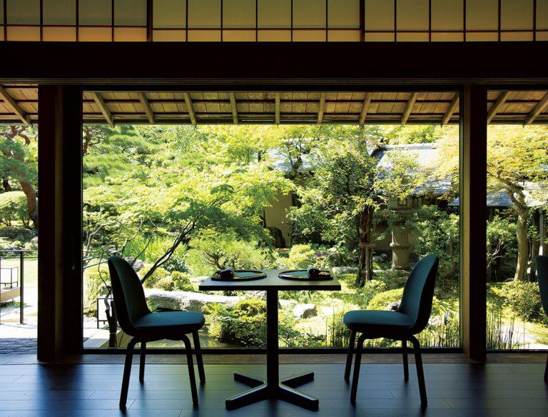 庭に面したガラス張りの座席。