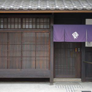 格子は町家独特の意匠。二条城から近く、繁華街からもアクセスがいい立地。