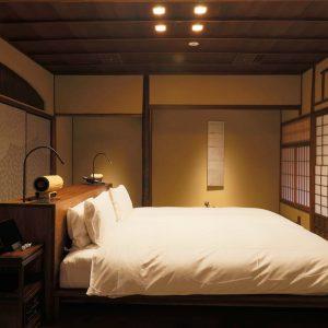 ベッドからも庭を眺めることのできるデラックスガーデンビューの部屋。