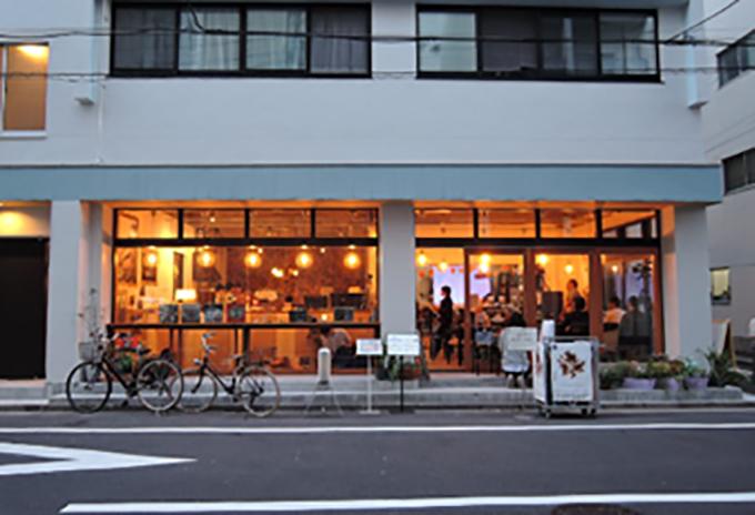 〈喫茶ランドリー〉は、喫茶スペースとランドリーが一緒になっている話題のスペース。