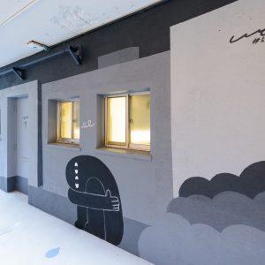 地下のランドリーにはアーティストLyの壁画が。