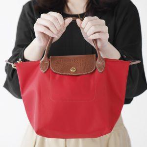 働く女子の愛用品。卒業旅行で訪れたフランスで買った〈ロンシャン〉のバッグ/弁護士秘書・豊永英理さん