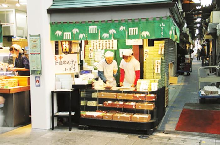 北口のアーケードに面した1坪ほどの小さな店にはいつも人だかりが。最中は営業時間内に並べば、予約なしで購入できる。