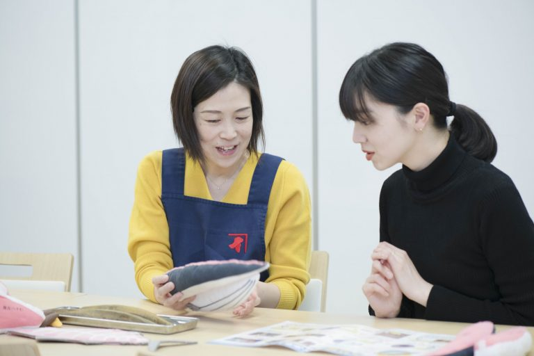 """〈にんべん〉の木村絵里子さん。社歴20年、まさに""""鰹節のプロ""""。"""