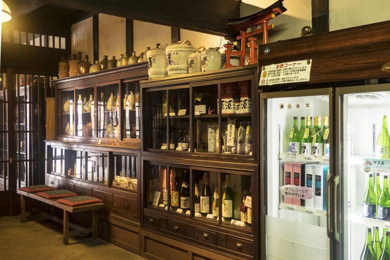 店頭では日本酒の試飲と販売を行っている。蔵元限定品はお見逃しなく!