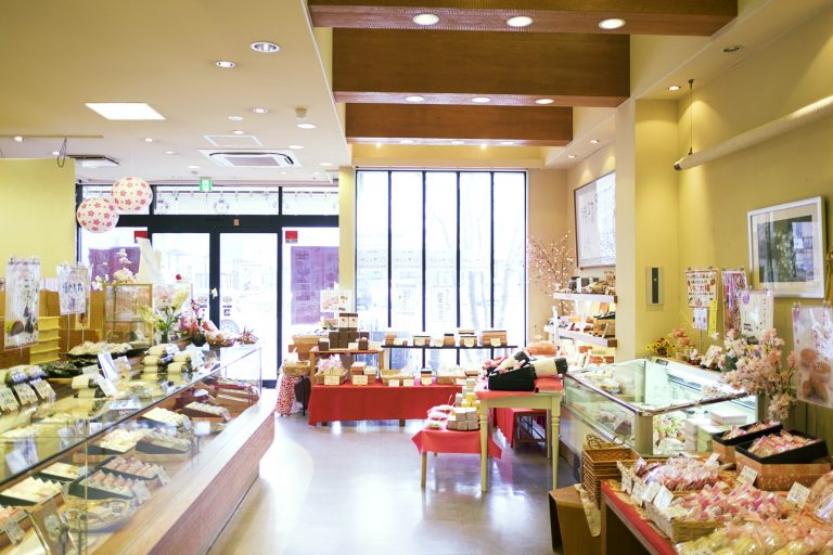 上生菓子から焼き菓子まで多種多様な和菓子が並ぶ。