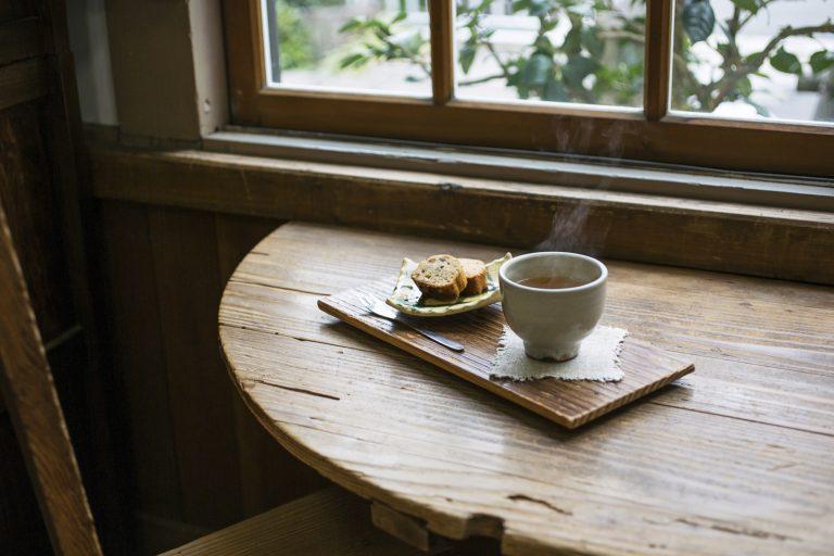 賀茂泉の日本酒や酒粕を使ったオリジナルケーキの「酒フルーツケーキとほうじ茶セット(温)」540円(税込)