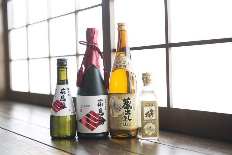 蔵元限定やここでしか飲めないお酒がラインナップ。壁に飾っているおちょこは好みのものを使ってOK。