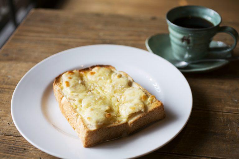 酒粕チーズトースト」600円、ブレンドコーヒー「九重の蔵」650円(各税込)