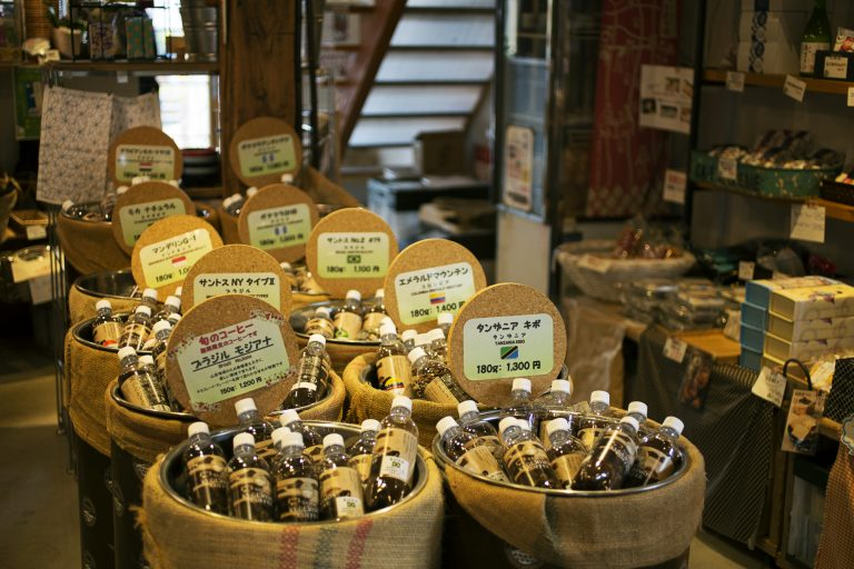 コーヒー豆は、鮮度が保てる炭酸水用のペットボトルに入れて販売。
