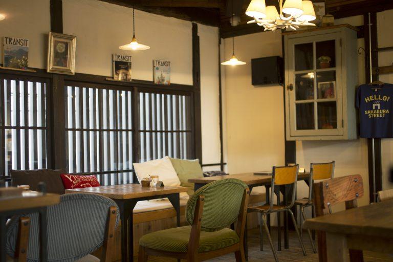 2Fのカフェは格子戸からのやわらかい光が差し込み、小上がり席も。