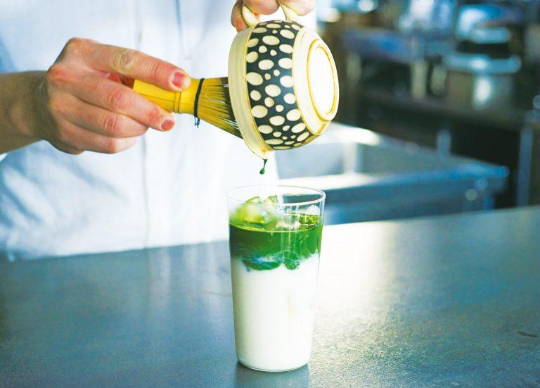 抹茶ラテ(アイス)519円は低温殺菌牛乳を使用。抹茶の繊細な味を生かし、スッキリとした甘味に。