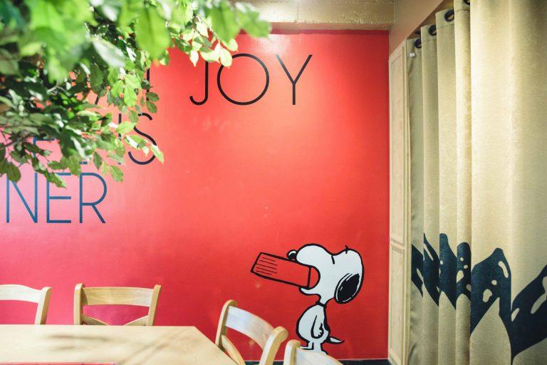 © 2019 Peanuts Worldwide LLC 宿泊者の朝食会場にもなる3階の〈PEANUTS DINER〉。インテリアは作品に縁の深い、アメリカ西海岸のダイナーをイメージしたそう。
