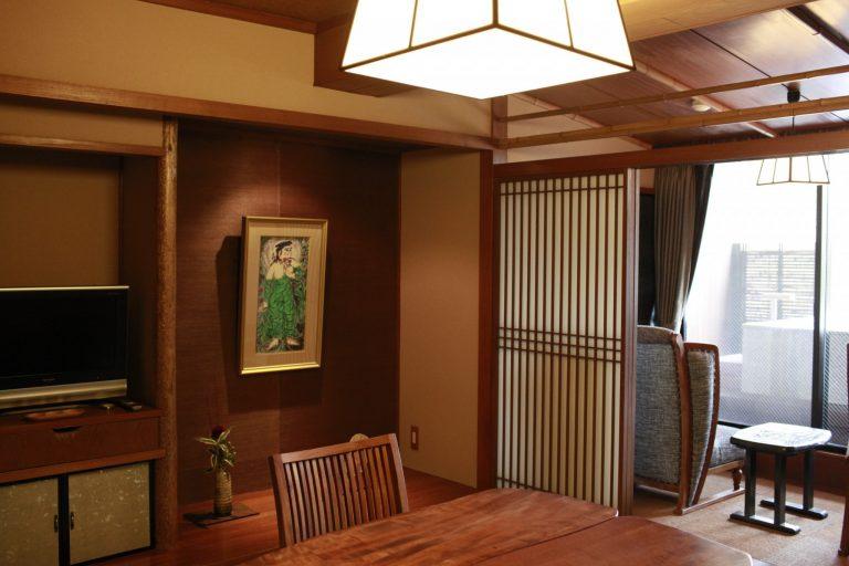 クラシックな雰囲気の「ふじばかま」は約45㎡とコンパクト。床の間に棟方志功の絵画が。
