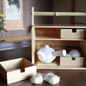 各客室に用意されているお茶はこんなオカモチに。静岡茶と温泉まんじゅうと。