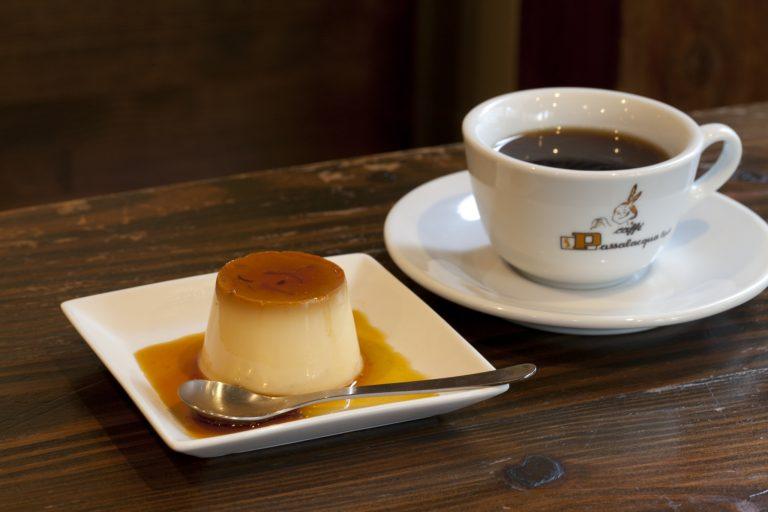 長年ひいきにする〈田中農場〉の卵を使った「プリン」500円(各税込)。裏メニューのコーヒーも注文可能。