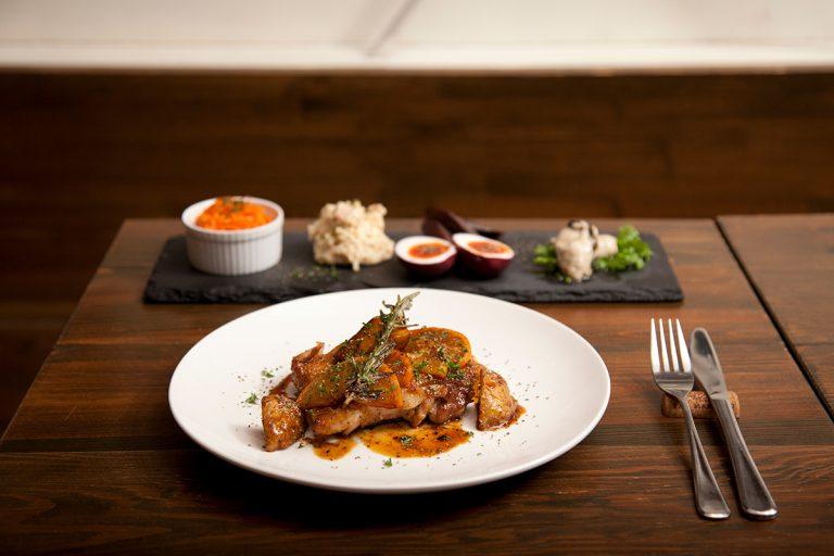 「薩摩赤鶏もも肉のはちみつオレンジマスタード焼き」(1,250円)、「前菜の5種盛り合わせ」(1,280円)