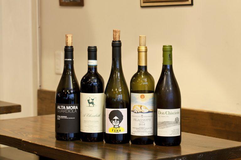 イタリアの自然派ワインを30種以上そろえる。グラス500円~。
