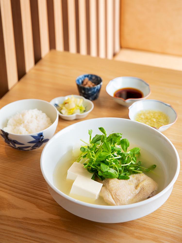 ランチの「水炊き定食」1,000円は小鉢の鶏みそも美味。スープご飯にして〆ても。