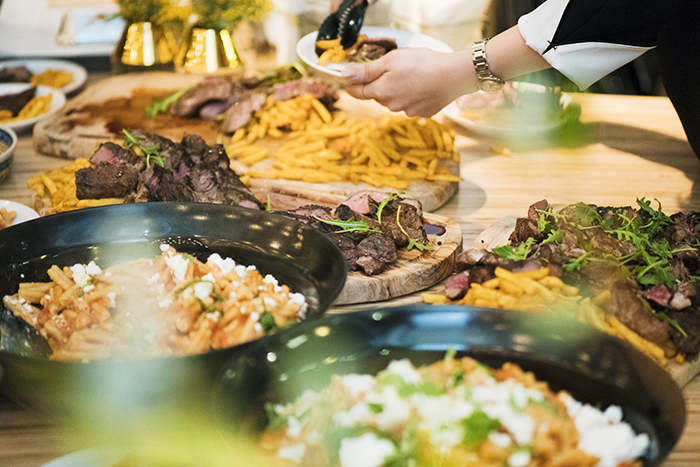 今回はパーティに合わせた特別メニューだが、〈マルディグラ〉のシェフが手がけた通常メニューのステーキも登場。