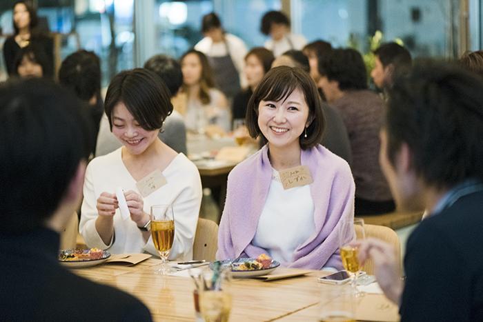 10人ほどのテーブルで話し、最後に気になる人とマッチングしたら、二人きりのデザートタイムでさらに会話を。