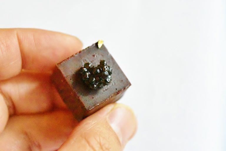 ひと口サイズのチョコレートボンボンと国産のフレツシュキャビアの組み合わせが絶妙。