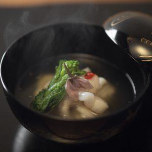 吸物は白味魚と季節の食材と。独特のダシが沁み入るよう。