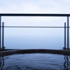 「貴賓館」の客室露天風呂から。遠くに初島が見えるのが熱海らしい風景。時間によって表情が異なる