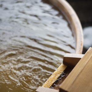 客室露天風呂にはわざわざ運ばせた熱海で最も成分の濃い強塩泉を使用。疲労回復に効果あり。