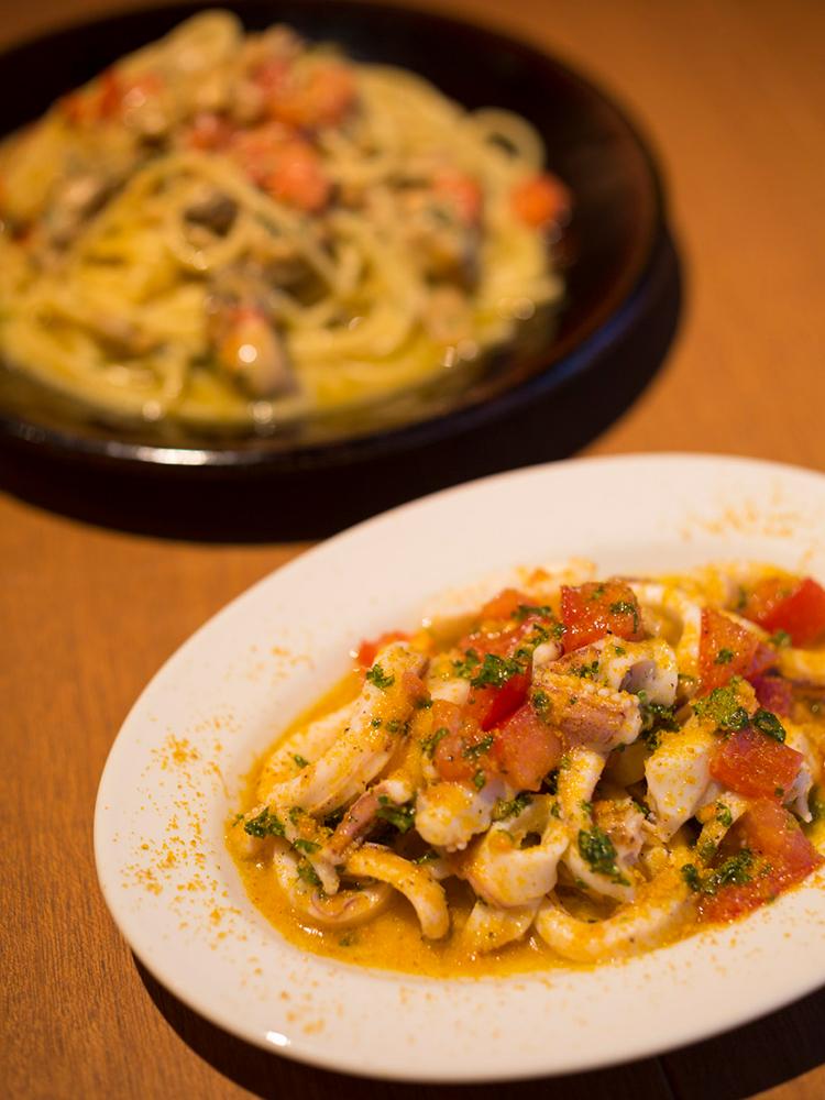 手前から「イタリア産カラスミとイカのマリネ」(600円)、「広島県産カキとフレッシュトマトのスパゲッティー」(800円)(ランチはサラダ付き900円)。料理は夜メニューから。
